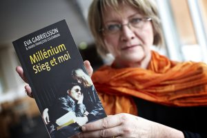 """STOCKHOLM 20110115 Eva Gabrielsson poserar i Stockholm på lördagen med den franska upplagan """"Millénium Stieg et moi"""" av sin nya bok """"Millennium, Stieg och jag"""", som handlar om hennes liv med sambon Stieg Larsson som skrev den framgångsrika deckartrilogin Millennium. Boken ges ut i Sverige, Norge och Frankrike den 19 januari. Foto: Fredrik Persson / SCANPIX / Kod 75906"""