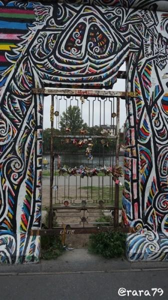 Salah satu pintu yang digunakan untuk menyeberang Tembok Berlin pada saat Jerman Barat dan Jerman Timur masih terpisah.