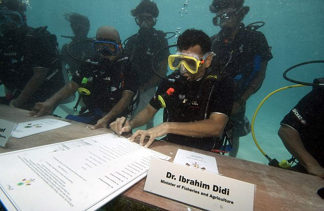 Maldives cabinet holds meeting underwater