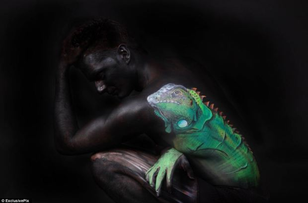 Most people would jump out of their skin if they had an iguana on them but, luckily for this woman, it's just a painting, albeit incredibly lifelike