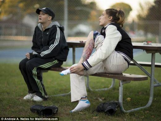 Comido vivo: Âmbar Neitzel, 26, à direita, mostra o ferimento na perna do Krokodil droga com sua irmã Angie Neitzel, 29, à esquerda, em Joliet, Illinois