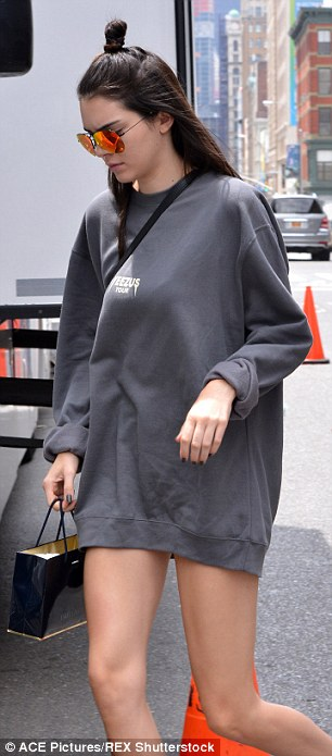 Foto Paha Mulus Kendall Jenner Seksi Tak Pakai Celana 1