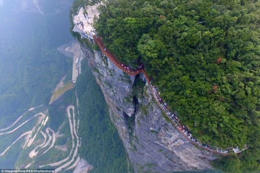 Espectáculo para la vista: La pasarela increíble 'arrolla Dragón acantilado' ha abierto en la montaña Tianmen, Zhangjiajie, el sur de China
