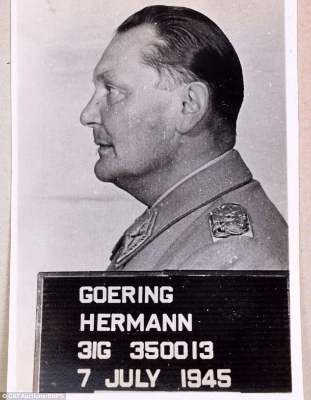 quem é quem dos capangas de Hitler: Refrigeração álbum mugshots e assinaturas como criminosos de guerra nazistas justiça aguardado é desenterrado após