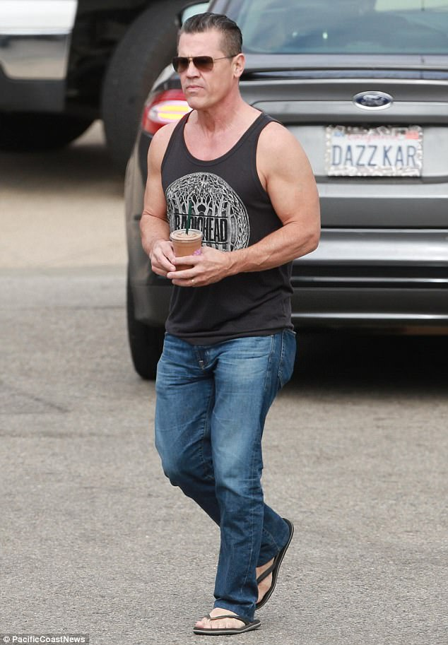Josh Brolin shows off muscles while grabbing a smoothie   Daily Mail     Muscle beach  Josh Brolin showcased his chiseled physique while grabbing a  smoothie with his wife