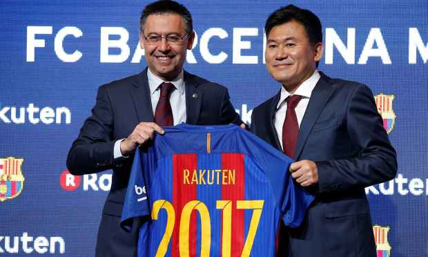FC Barcelona's President Josep Maria Bartomeu and Rakuten's President and CEO Hiroshi Mikitani pose with a jersey after signing a contract as main sponsor. —Reuters