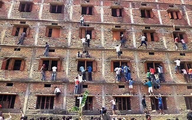 Na Índia, 600 alunos são expulsos após pais serem flagrados passando cola