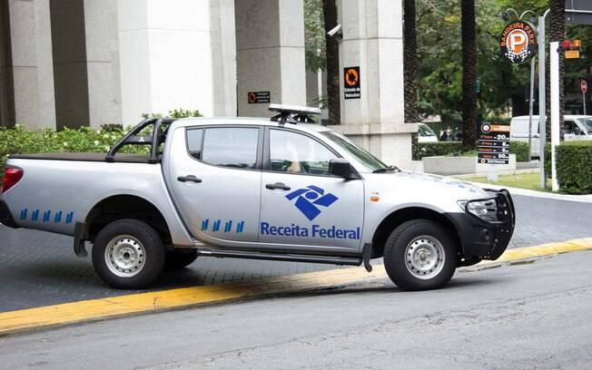 Viatura da Receita Federal deixa prédio da construtora Camargo Correia durante operação Lava Jato, em 14 de novembro