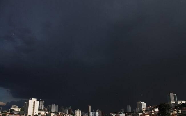 Temporal em São Paulo fecha aeroporto e afeta linhas do Metrô