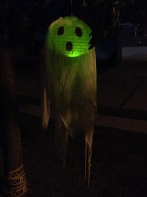DIY Halloween: Spooky Flying Ghosts | The TipToe Fairy #halloween #halloweendecorations #halloweenDIY #DIY