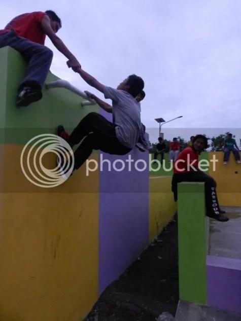 Gambar 6 : Jamming di Parkour Park, Aan Parkour Jombang (Climb Up)