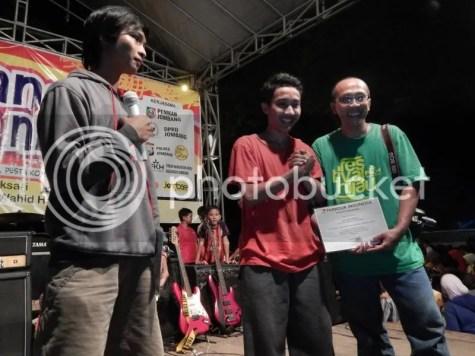 Gambar 9 : Pemberian Piagam, Galih Arizza (kiri) salah satu founder parkour Jombang, Andreas (tengah) Presiden Parkour Jawa Timur, Bpk. Jalaludin Hambali (Kanan) Ketua Forum Komunitas Hijau