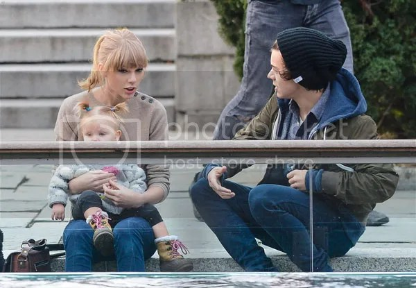 Taylor Swift Harry Styles Romantic Stroll Central Park New York