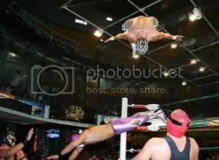 watch out for flying Sombras/CMLL
