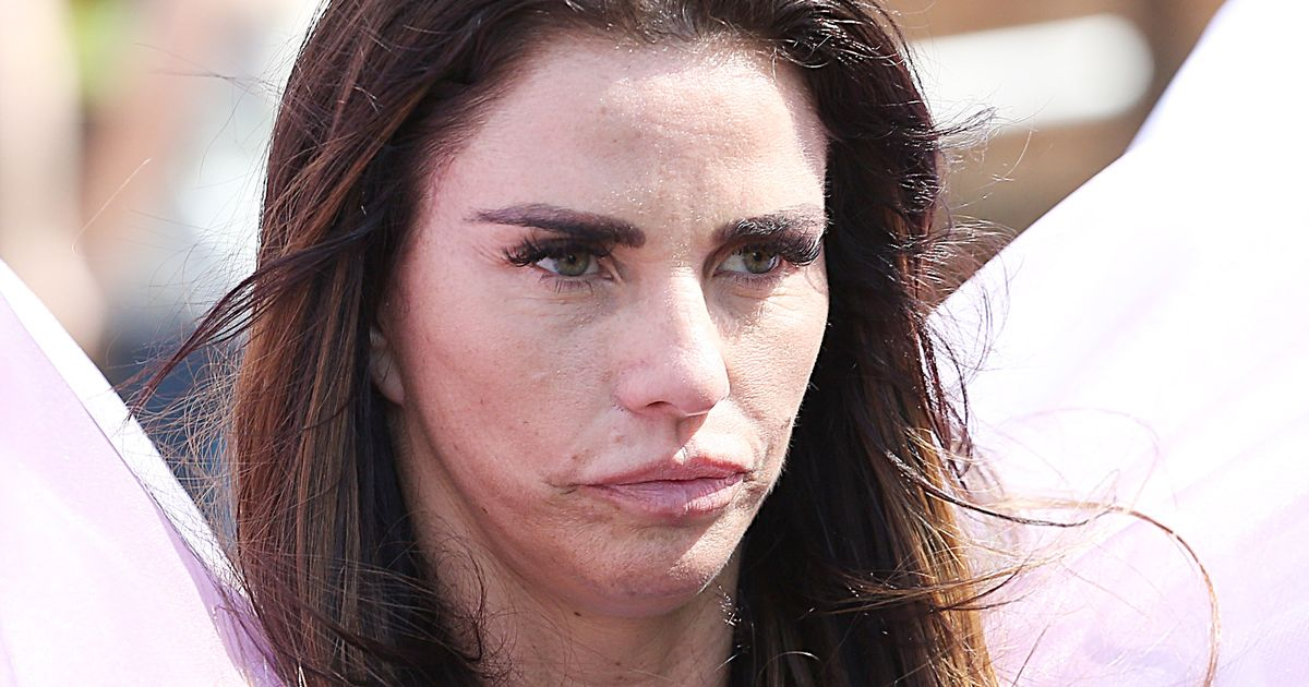 Katie Price crashes out of London Marathon and stops for ice cream     Katie Price crashes out of London Marathon and stops for ice cream after  just 15km   I tried my best in a heavy outfit    Mirror Online