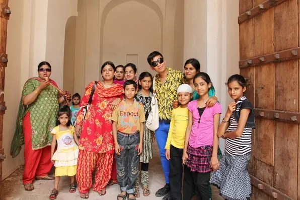 Bryanboy with women and children at Amber Fort in Jaipur