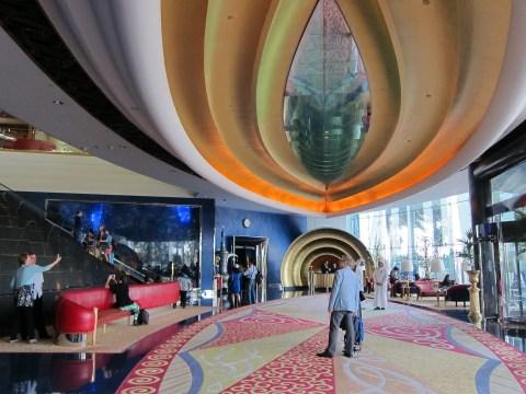 Burj al arab tour inside the world 39 s only 7 star hotel for Dubai hotels 7 star interior