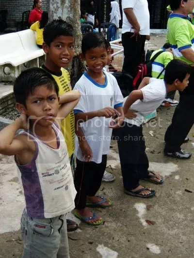 Anak Orang Asli turut melakukan senaman reganggan.