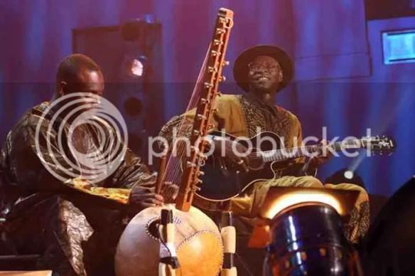 Toumani Diabaté e Ali Farka Touré tocando