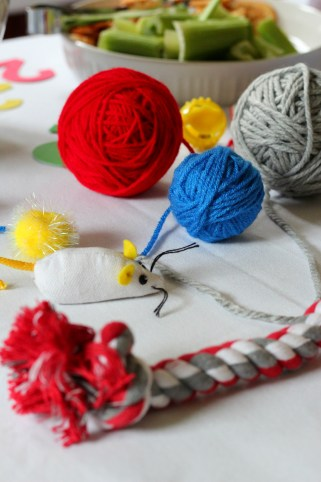 yarn-balls-kitten-party-table