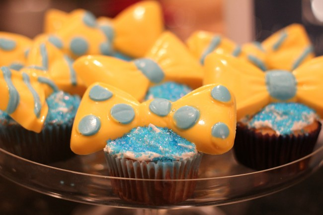 blue-yellow-bowtie-cupcakes