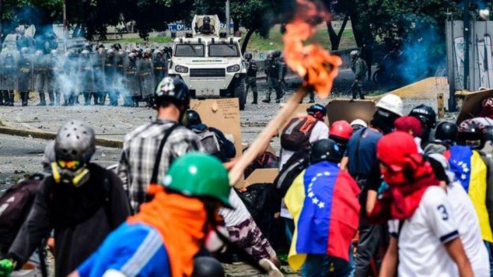 Enfrentamiento entre manifestantes venezolanos y la Guardia Nacional Bolivariana.