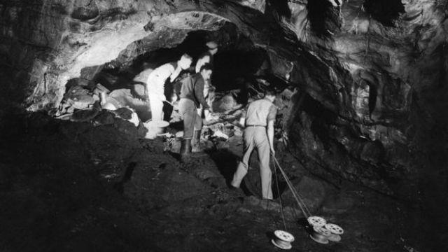 Tahminen 1935 yılında iskeletin bulunduğu mağaraya ışık kablosu döşeniyor