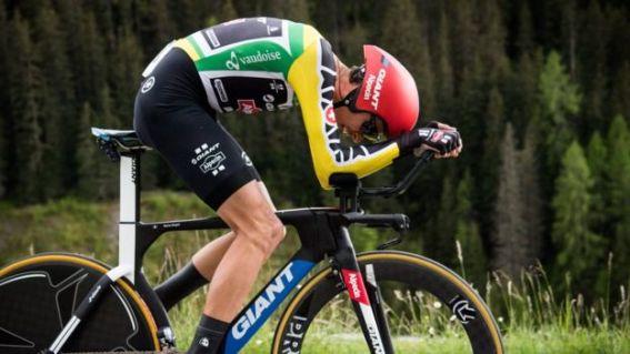 Un ciclista profesional en la bicicleta
