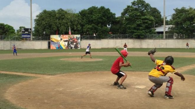 Niños juegan en el estadio infantil del complejo deportivo Hugo Chávez, en Managua.