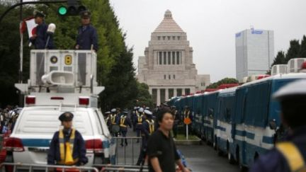 Streets in front of the parliament building are blocked by police vehicles during a protest rally in Tokyo (18 September 2015)