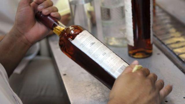 Una botella de ron