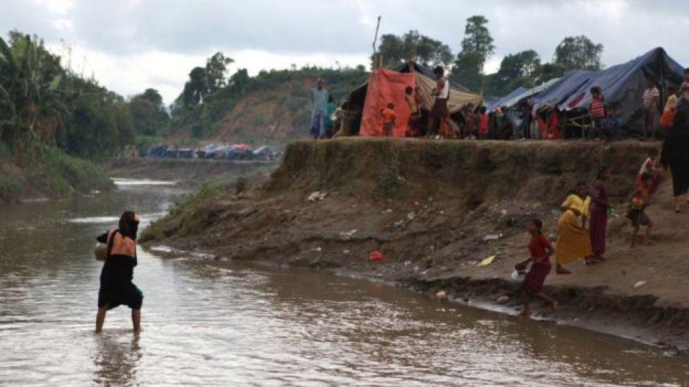 বাংলাদেশ-মিয়ানমার সীমান্তের নো-ম্যানস ল্যান্ডে হাজার হাজার রোহিঙ্গা এসে জড় হয়েছে