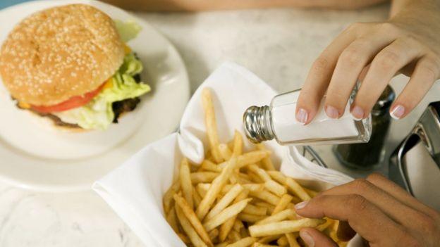 Que algunos alimentos tienen mucha sal es algo sabido.