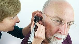 Un médico revisa a un paciente