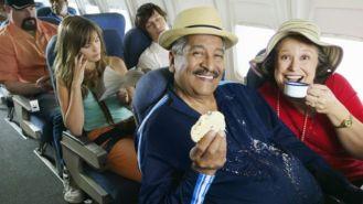 Dos personas comiendo en un avión