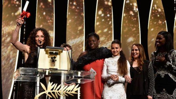 Houda Benyamina et sa Caméra d'Or avec les actrices du film 'Divines' à Cannes en mai 2016