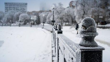 Una escena de una calle nevada