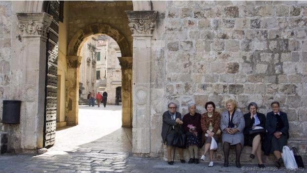 Personas apoyadas en una de las murallas de Dubrovnik