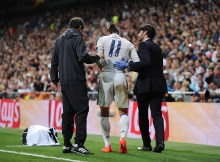 MADRID, SPAIN - SEPTEMBER 14:  Gareth Bale of Real Madrid is helped off after getting injured after colliding with Sebastian Coates of Sporting Clube de Portugal during the UEFA Champions League Group F match between Real Madrid CF and Sporting Clube de Portugal at estadio Santiago Bernabeu on September 14, 2016 in Madrid, Spain.  (Photo by Denis Doyle/Getty Images)