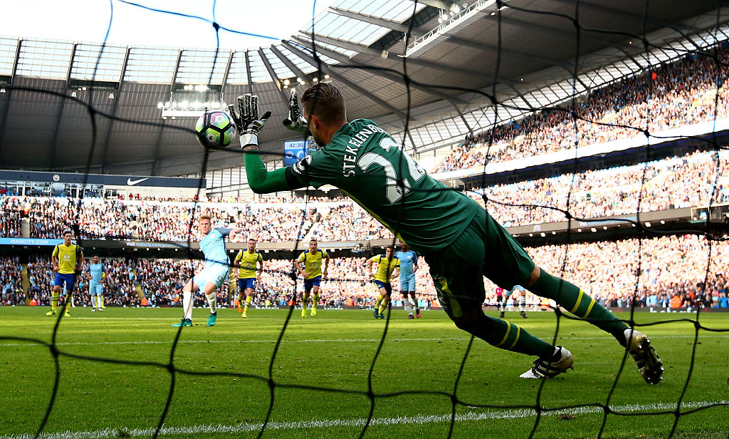 MANCHESTER, ENGLAND - OCTOBER 15: Maarten Stekelenburg of Everton saves Kevin De Bruyne of Manchester City penalty during the Premier League match between Manchester City and Everton at Etihad Stadium on October 15, 2016 in Manchester, England.  (Photo by Alex Livesey/Getty Images)