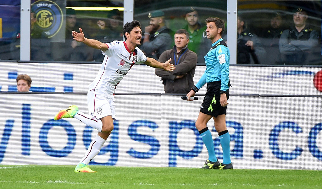 MILAN, ITALY - OCTOBER 16:  Federico Melchiorri of Cagliari Calcio celebrates his first goal during the Serie A match between FC Internazionale and Cagliari Calcio at Stadio Giuseppe Meazza on October 16, 2016 in Milan, Italy.  (Photo by Pier Marco Tacca/Getty Images)