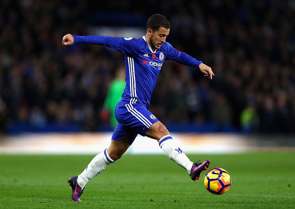 LONDON, ENGLAND - NOVEMBER 05: Eden Hazard of Chelsea controls the ball during the Premier League match between Chelsea and Everton at Stamford Bridge on November 5, 2016 in London, England. (Photo by Clive Rose/Getty Images)