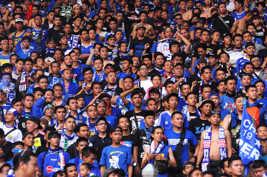 JAKARTA, INDONESIA - 2015/10/18: The moment of celebration of Persib supporters seeing their team winning the Presidents tournament championship  2015. Football team Persib of Bandung, West Java, won the trophy in 2015 after beating team Sriwijaya FC Palembang city with a score of 2-0 is generated by Ahmad Jupriyanto in minutes to 6 and Dian Agus own goal in the 45th minute. (Photo by Azwar/Pacific Press/LightRocket via Getty Images)