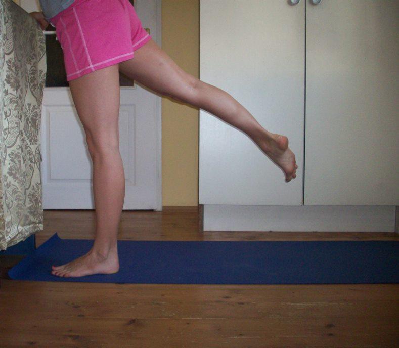 Wersja druga wymachów, pozwalamy biodrom się odwrócić i mamy większy zakres wymachu. Podnosimy nogę wysoko w tył i przytrzymujemy ją tam około 30 sekund. Powtarzamy to ćwiczenie początkowo 15 razy, z czasem wydłużając czas oraz powtórzenia.