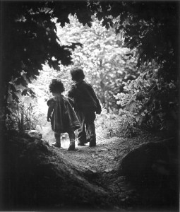 Eugene Smith children Juanita and Patrick walk hand in hand into a clearing in 1946  Copii lui Eugene Smith, Juanita si Patrick merg mana in mana intr-un luminis in anul 1946