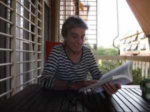 Anna Freixas, con su obra 'Tan frescas. Las nuevas mujeres mayores del siglo XXI'.