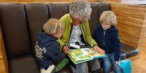 nonna che legge