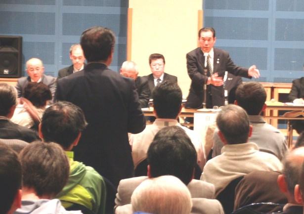 庁舎説明会(参加者の質問に答える白川市長)