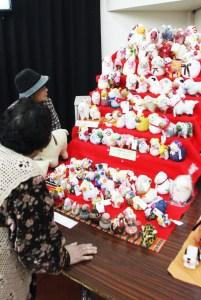 石田老人クラブ(羊のひな壇を鑑賞する観客)