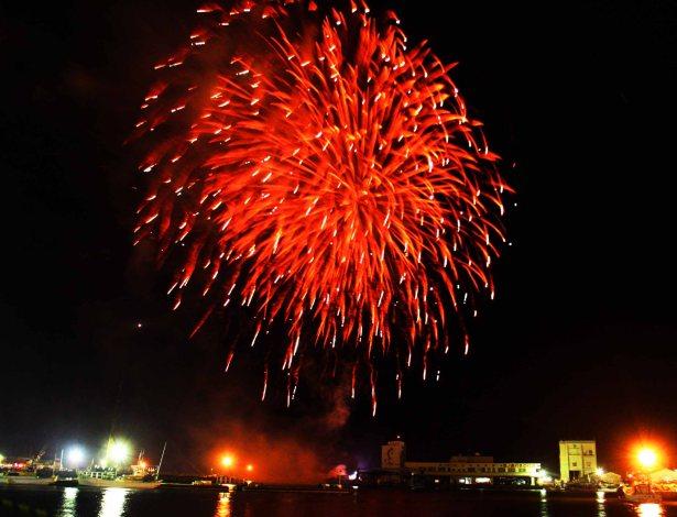 w勝本港に上がった花火